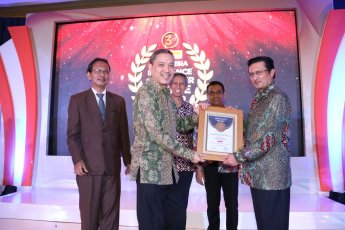 penerimaan-penghargaan-allianz-the-best-consumer-choice-award-2016